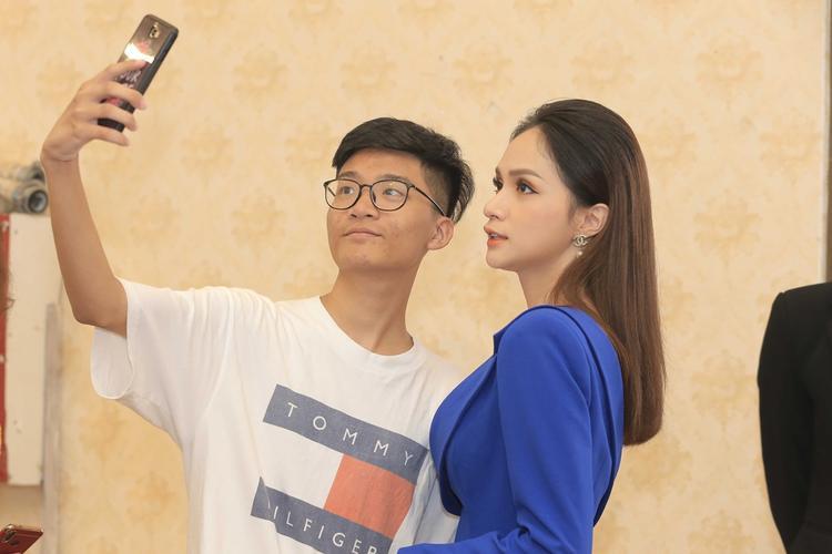 Hoa hậu Hương Giang xinh đẹp rực rỡ trong chương trình ủng hộ người chuyển giới