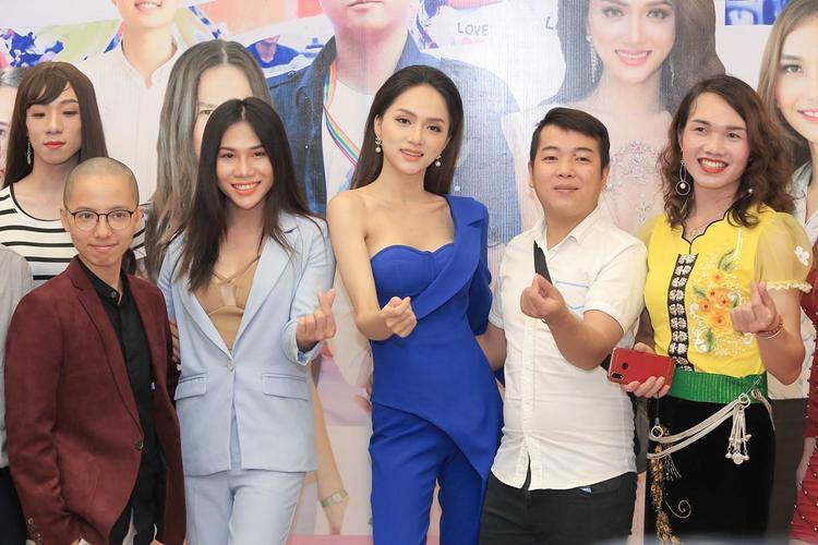 Hương Giang vui vẻ chụp ảnh lưu niệm cùng mọi người.
