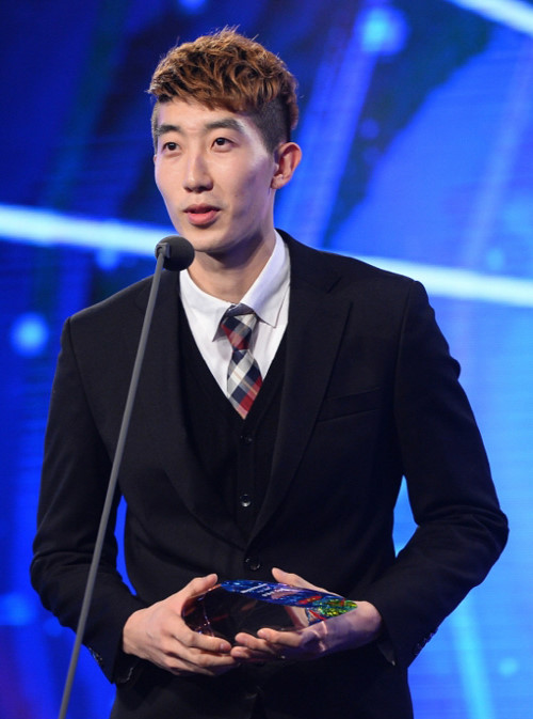 Sau trận đấu, Hyun Woo nổi tiếng trên mạng xã hội một số nước châu Á. Rất nhiều fan nữ khen anh sành điệu, điển trai và có thần thái đẹp trên sân cỏ.