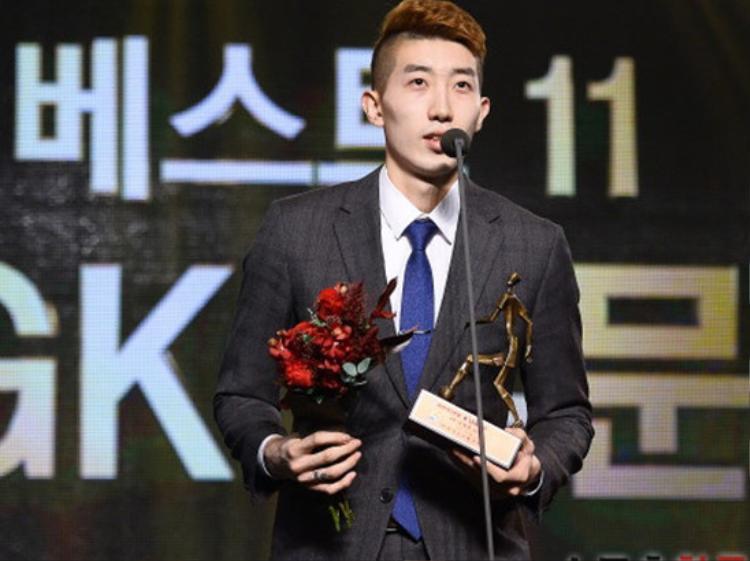 """Hyun Woo chơi cho câu lạc bộ Daegu. Năm 2017, anh đạt danh hiệu """"Thủ môn xuất sắc"""" tại K League Classic - giải bóng đá chuyên nghiệp Hàn Quốc."""