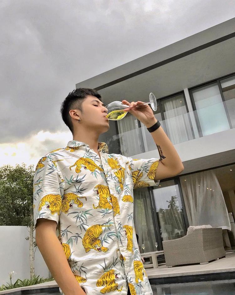 Hot boy Sing My Song - Gin Tuấn Kiệt đem đến không khí ngày hè cùng áo sơ-mi phom rộng in họa tiết nổi bật.