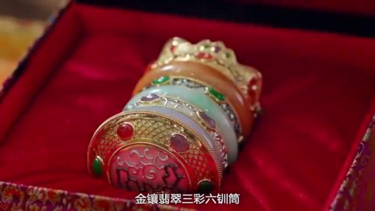 Nhưng Thái Thượng Hoàng lại tặng cho Trịnh Chiêu Nghi đang có long duệ Kim tương phỉ thúy tam thể lục thốn đồng lấp lánh, sáng chói hơn hẳn