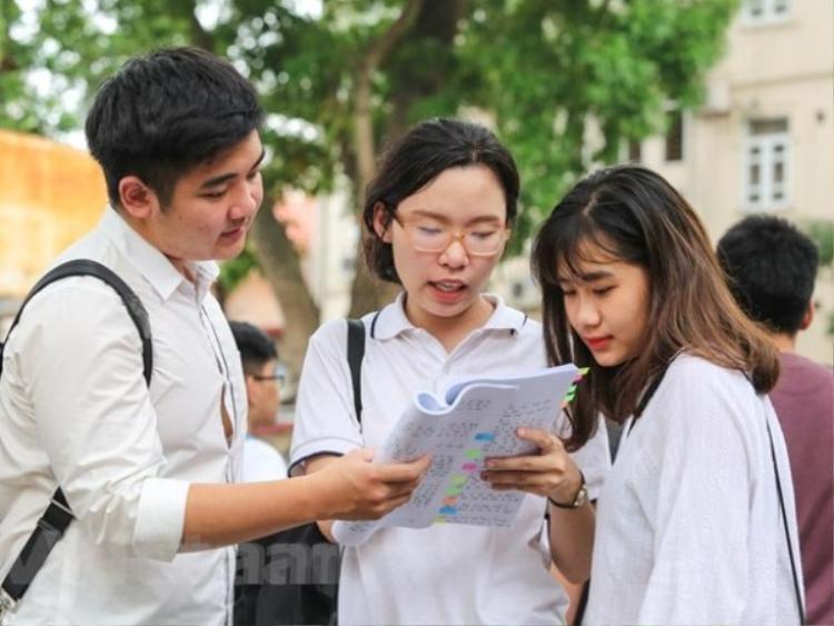 Thí sinh làm thủ tục dự thi trung học phổ thông quốc gia. (Ảnh: Lê Minh Sơn/Vietnam+)
