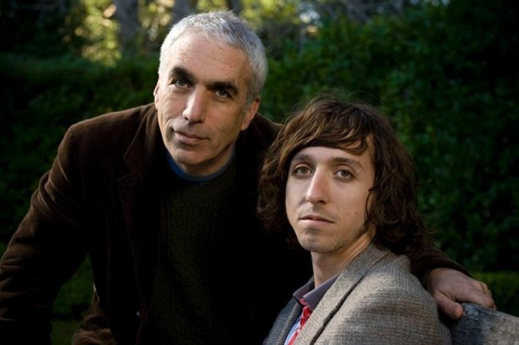 """Cha con """"văn hào"""" nhà Sheff: David (trái) và Nic (phải)."""