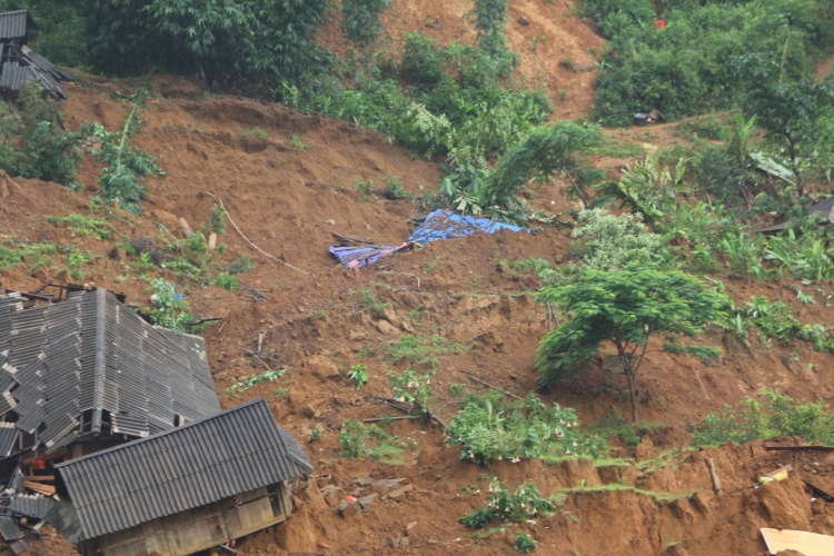 Sạt núi vùi lấp toàn bộ 28 ngôi nhà cùng toàn bộ tài sản của người dân trong bản Sáng Tùng