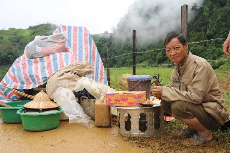 Người dân sử dụng thức ăn hỗ trợ từ địa phương