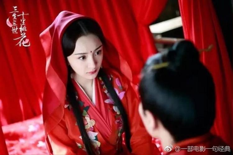 Dù là mũ phượng, váy cưới cầu kỳ hay chỉ đơn giản là váy đỏ, hỉ khăn, Dương Mịch cũng đẹp đến nao lòng