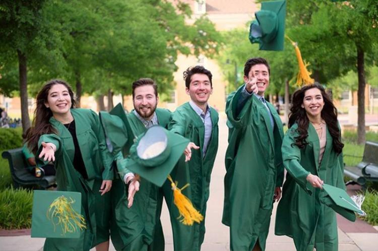 Năm anh chị em cùng nhà trong ngày tốt nghiệp. Ảnh: SWNS.com.
