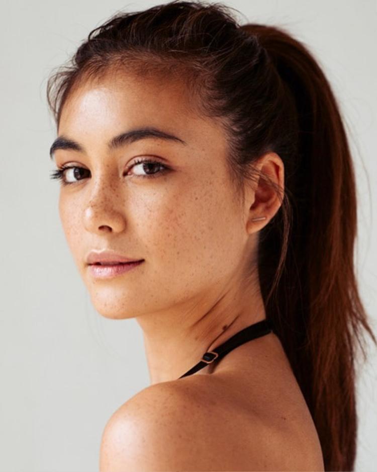 Được biết tân Hoa hậu năm nay 24 tuổi, cô sở hữu chiều cao lý tưởng 1m78. Francesca Hung ghi điểm với gương mặt quyến rũ, thần thái tự tin, đặc biệt là gương mặt tàn nhang đang là hot trend hiện nay.
