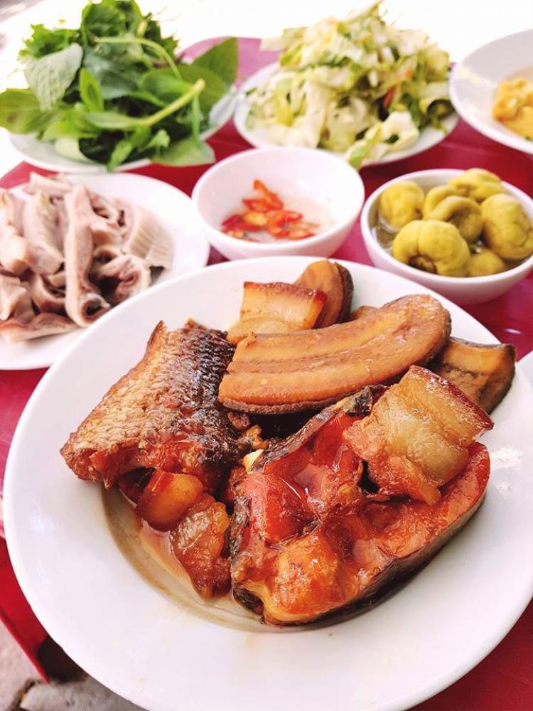 Các món ăn quen thuộc trong thực đơn của tiệm cơm Vinh Thu.