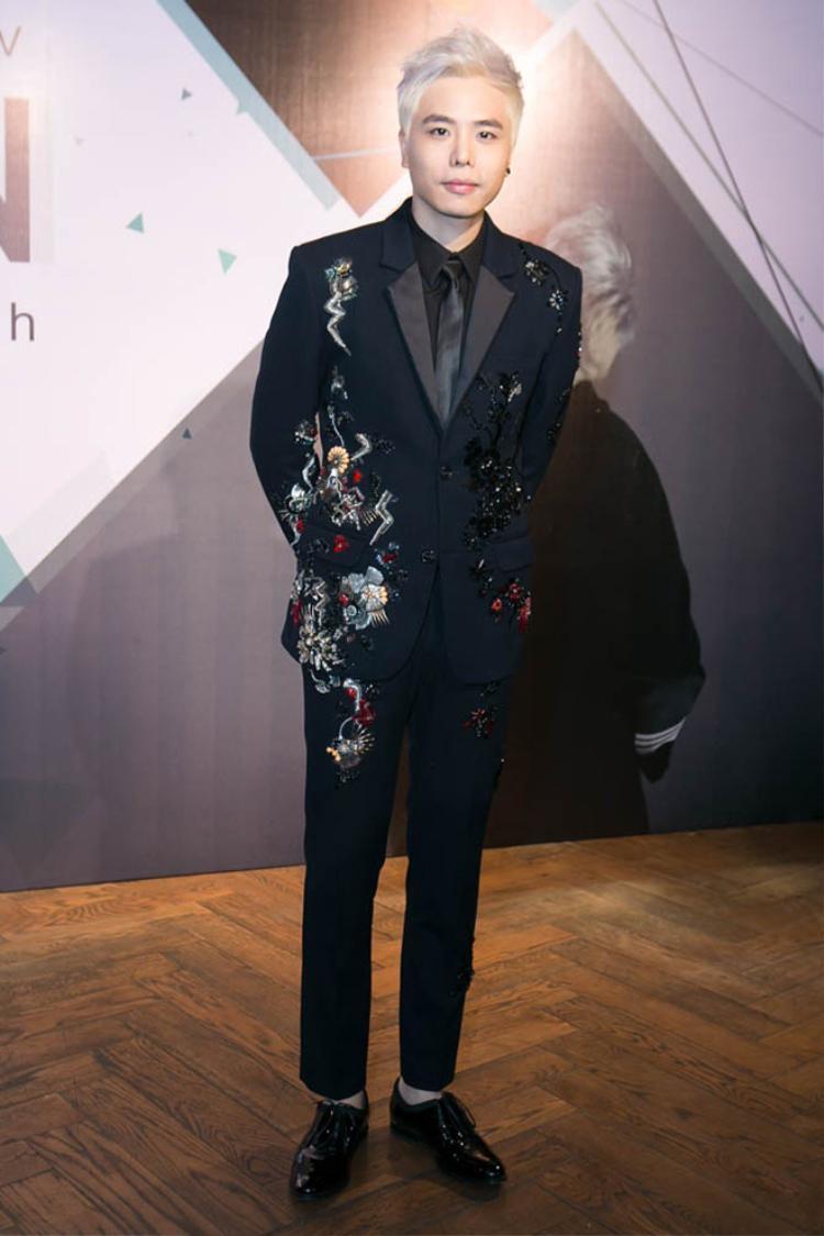 Trịnh Thăng Bình với bộ vest cầu kỳ lịch lãm ấn tượng.