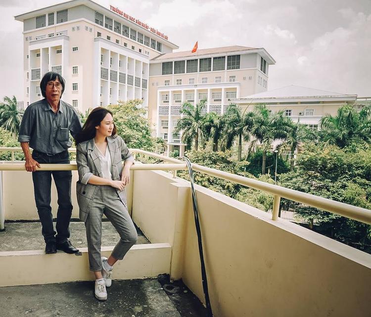 Đỗ Vy và thầy giáo Thanh Bằng chụp ảnh kỉ niệm trong ngày Vy bảo vệ khóa luận tốt nghiệp.