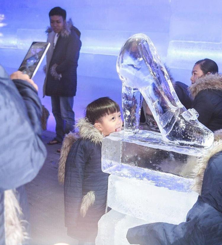 Một em nhỏ thích thú trải nghiệm băng giá giữa lòng Thủ đô