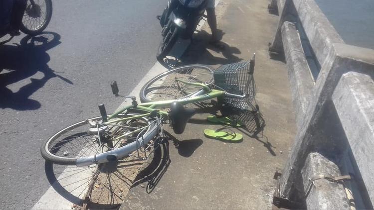 Chiếc xe đạp và đôi dép nam thanh niên bỏ lại trên cầu Câu Lâu. Ảnh: CTV