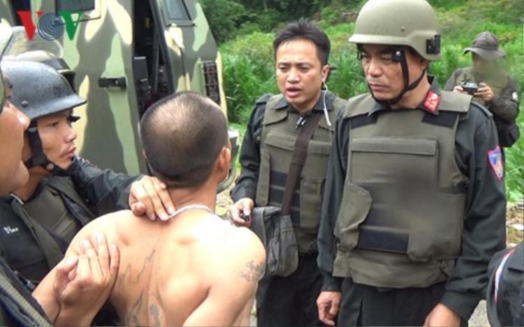 Các trinh sát bắt giữ người có liên quan đến vụ việc. Ảnh: VOV.