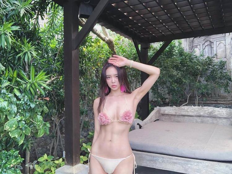 Mỹ nhân xứ kim chikhoe ba vòng hoàn hảo trong trang phục áo tắm khi bơi lội tại bể bơi của một resort sang trọng. Dù thân hình cơ bắp và nổi cơ cuồn cuộn nhưng cô gái vẫn toát lên vẻ nữ tính, đáng yêu.