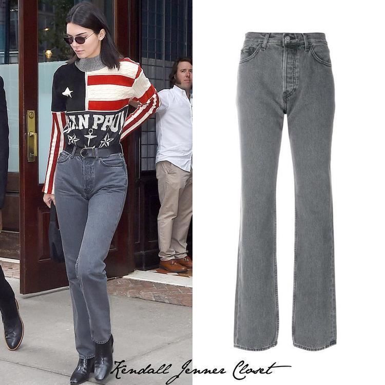 Trong một lần khác, Kendall mặc chiếc quần jean có giá 325 đô và mang đôi boot từ nhà mốt Givenchy có giá 1,150 đô chỉ để dạo phố.
