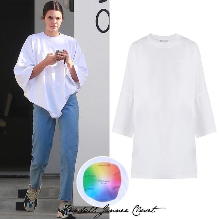 Chiếc áo phông trắng cơ bản phom rộng này của cô nàng có giá 550 đô (khoảng hơn 12 triệu đồng) đến từ nhà mốt Balenciaga.
