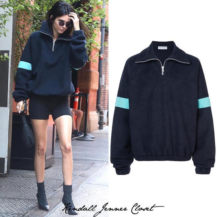 Chiếc áo oversize có phần tay phối xanh nổi bật được Kendall diện cùng giày cao gót mũi nhọn rất phá cách có giá 390 đô.