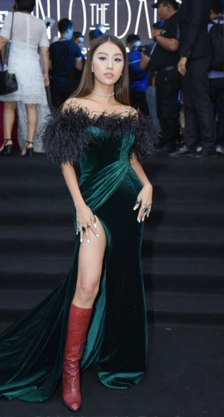 Thường xuyên theo đuổi sự phá cách trong thời trang, tuy nhiên lần xuất hiện tại show thời trang của NTK Đỗ Long, Quỳnh Anh Shyn lại khiến người hâm mộ vô cùng ngán ngẩm khi đánh mất gu ăn mặc thời thượng trước đây. Quỳnh Anh trông khá sến với thiết kế đầm nhung xanh xẻ cao đính lông vũ, đã thế cô lại còn kết hợp với boots da đỏ cao càng khiến tổng thể trông tức mắc hơn.
