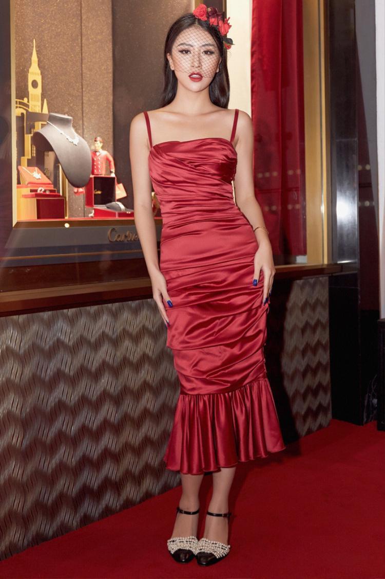 Một lần khác, cô nàng hóa thân thành quý cô retro với màn che mặt đầy thu hút cùng chiếc đầm đỏ hai dây khoe thân hình mảnh mai.