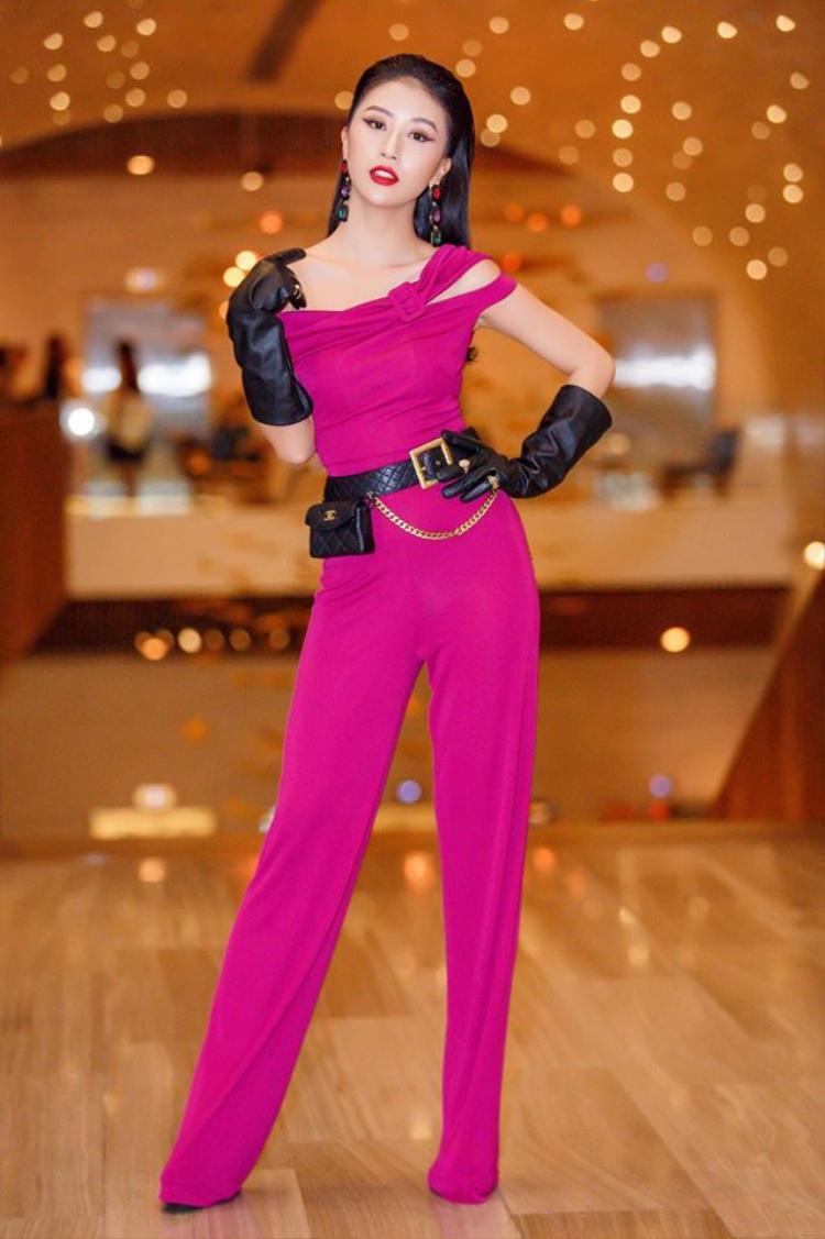 Quỳnh Anh Shyn tiếp tục gây ấn tượng trên thảm đỏ với bộ cánh thời thượng của NTK Lưu Ngọc Kim Khanh. Dù mix cùng nhiều phụ kiện như găng tay, túi đeo chéo, hoa tai cỡ lớn..nhưng cô nàng vẫn cực kỳ cá tính và sành điệu.