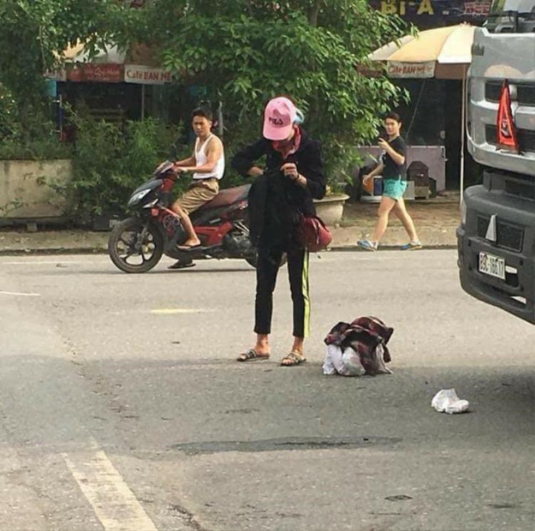 Có ai tin đống vải tròn tròn dưới đất kia chính là con trai Bella bị mẹ vứt chỏng chơ dưới đường quốc lộ xe cộ chạy qua ầm ầm không?