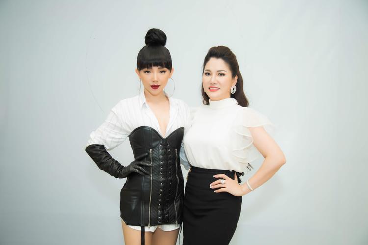 Chủ tịch Đặng Thị Xuân Hương đẹp quý phái bên cạnh HLV Tóc Tiên cá tính.