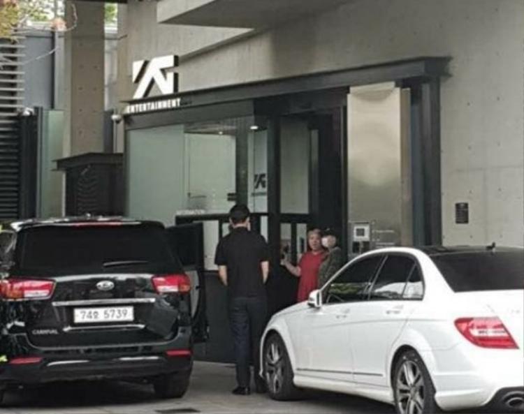 CL và Dara được bắt gặp cùng nhau đến tòa nhà YG vào hôm 27/6.