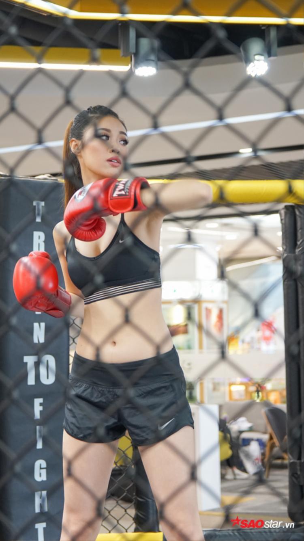 Khánh Vân hút mắt trong trang phục boxing gợi cảm.