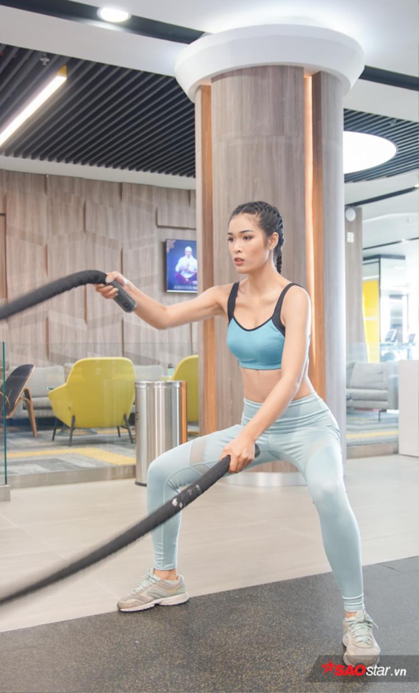 Mai Anh là một trong những thí sinh rất chú ý đến việc giữ dáng, ngoài tập luyện, cô nàng còn tìm đến nhảy hiện đại để giúp cơ thể săn chắc.