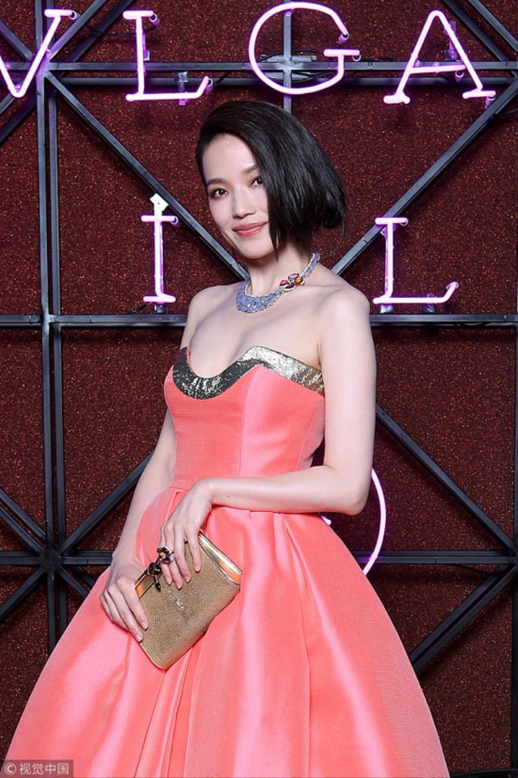 Giữa dàn nhan sắc Bella Hadid, Lily Aldridge, Eva Green…, Thư Kỳ nổi bật bởi vẻ đẹp Á Đông duyên dáng.