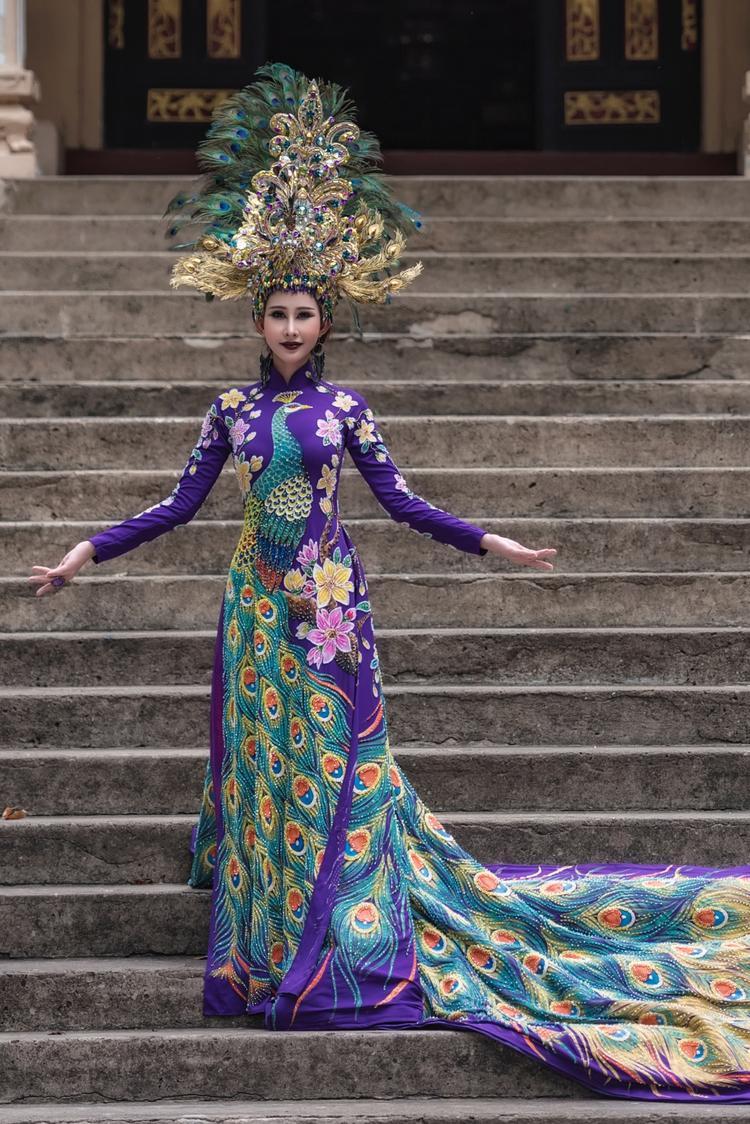 Bộ quốc phục Khổng tước của Chi Nguyễn.