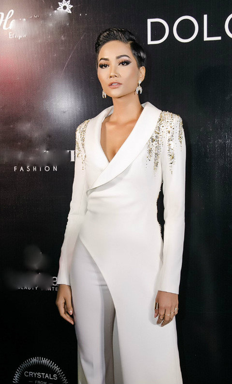 """Thiết kế của H'Hen Niê là sự kết hợp giữa vest và đầm. Sự sáng tạo """"2 trong 1"""" này chỉ có thể Đỗ Long mới nghĩ ra như vậy."""