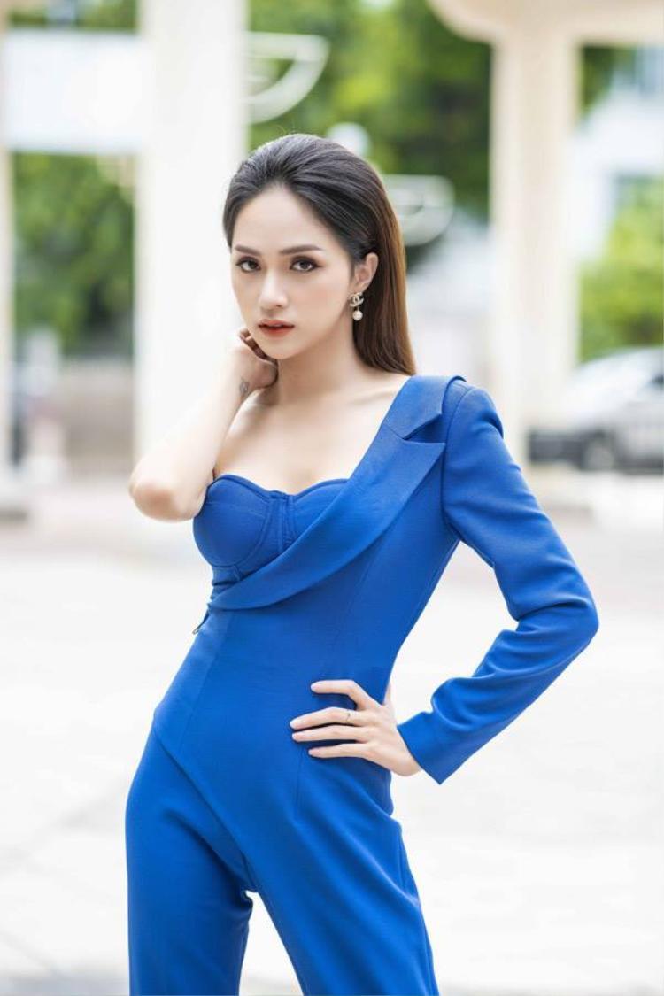 """Thoạt nhìn, có vẻ Hương Giang để lộ nội y nhưng hóa ra không phải vậy. Đây là kiểu váy cúp ngực quen thuộc. Chính vì kiểu thiết kế """"một mất một còn"""" ở vai vô tình đánh lừa thị giác người nhìn."""