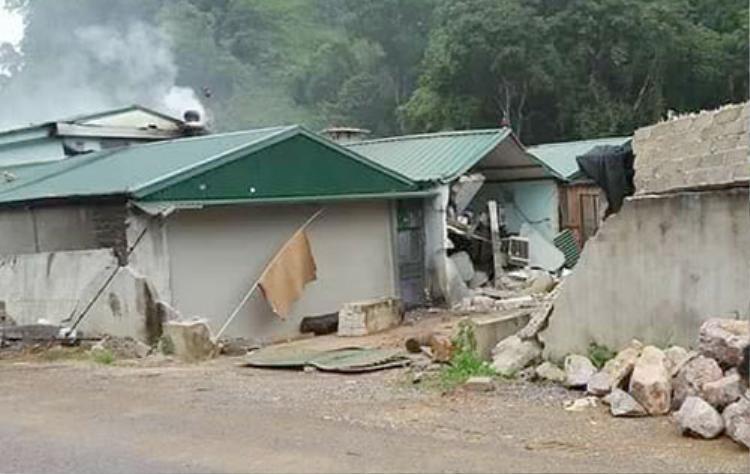 Bức tường và một số ngôi nhà bị phá trong cuộc vây bắt trùm ma túy. Ảnh: Việt Quân.