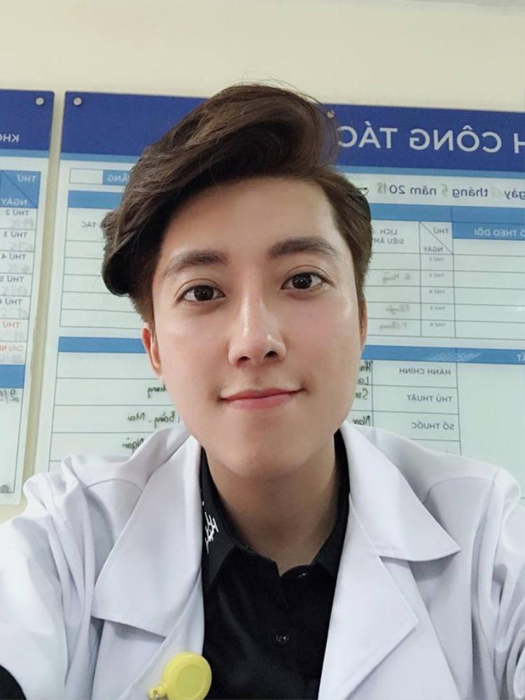 'Bác sĩ nam thần' bệnh viện Phụ sản Hà Nội 'tái xuất' trong loạt ảnh nghỉ hè 'đốn tim' chị em