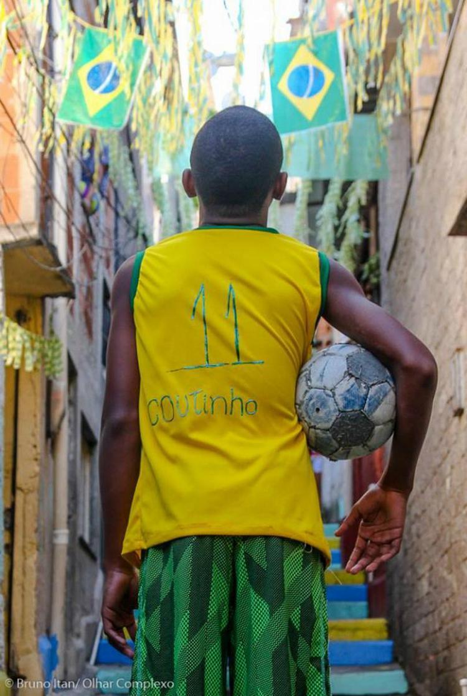 Niềm đam mê đá bóng của cậu bé nghèo khu ổ chuột khiến Coutinho vô cùng xúc động. Ảnh: Bruno Itan