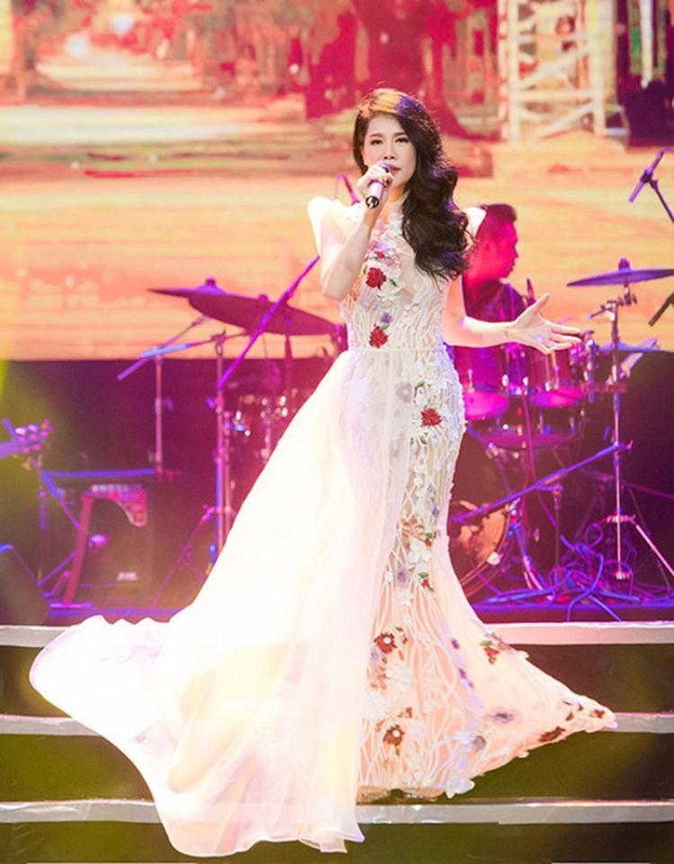 Thu Phương từng cho biết, trang phục chỉn chu, khoe được vóc dáng giúp cô tự tin cầm mic trên sân khấu.