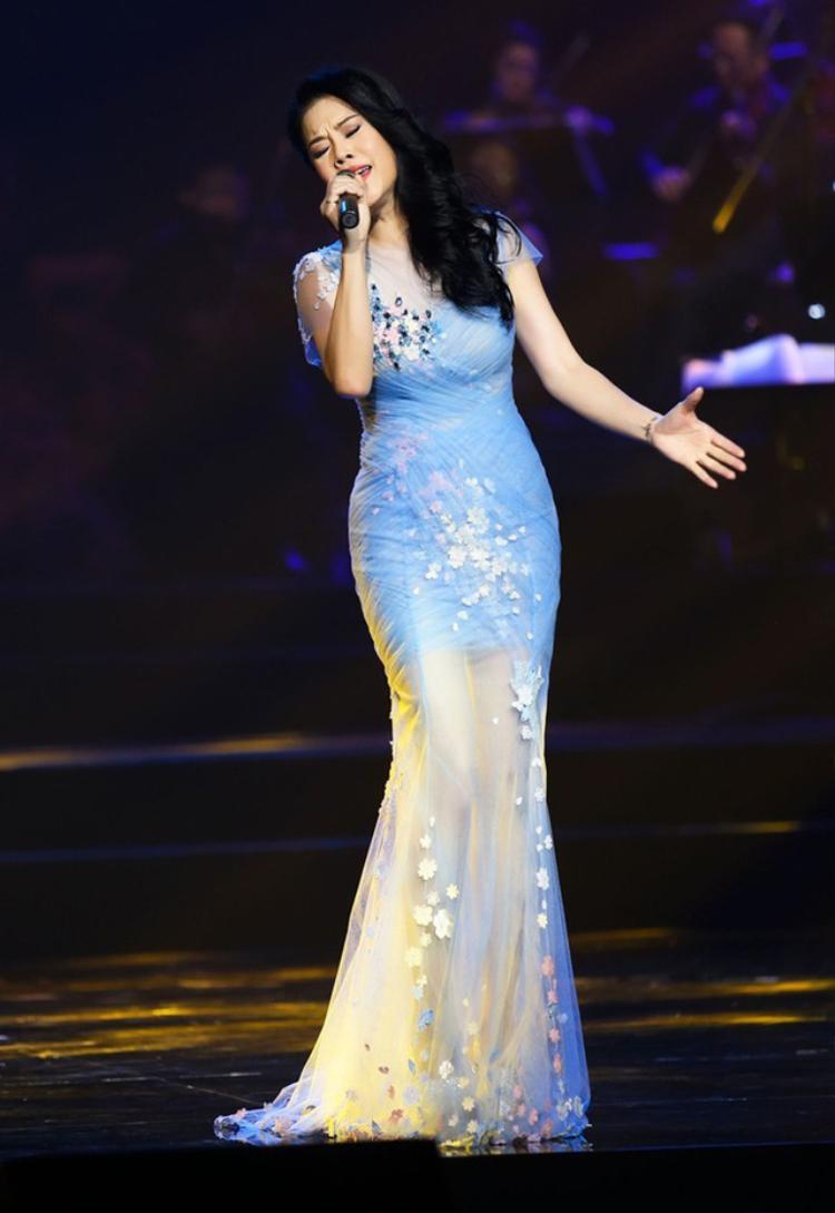 Trong các show diễn, nữ ca sĩ thường xuất hiện trẻ trung và cuốn hút trong thiết kế voan mỏng, họa tiết xanh pastel dịu mắt.