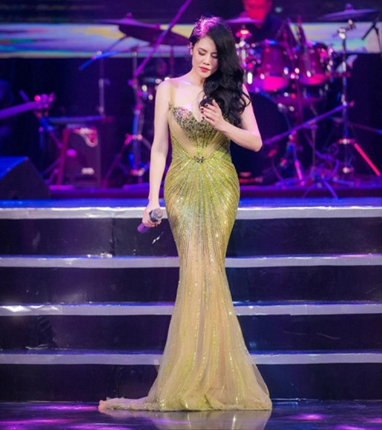 """Không chỉ trên thảm đỏ sự kiện, trên sân khấu, """"nữ hoàng nhạc nhẹ"""" cũng khá trung thành với những thiết kế gợi cảm này."""