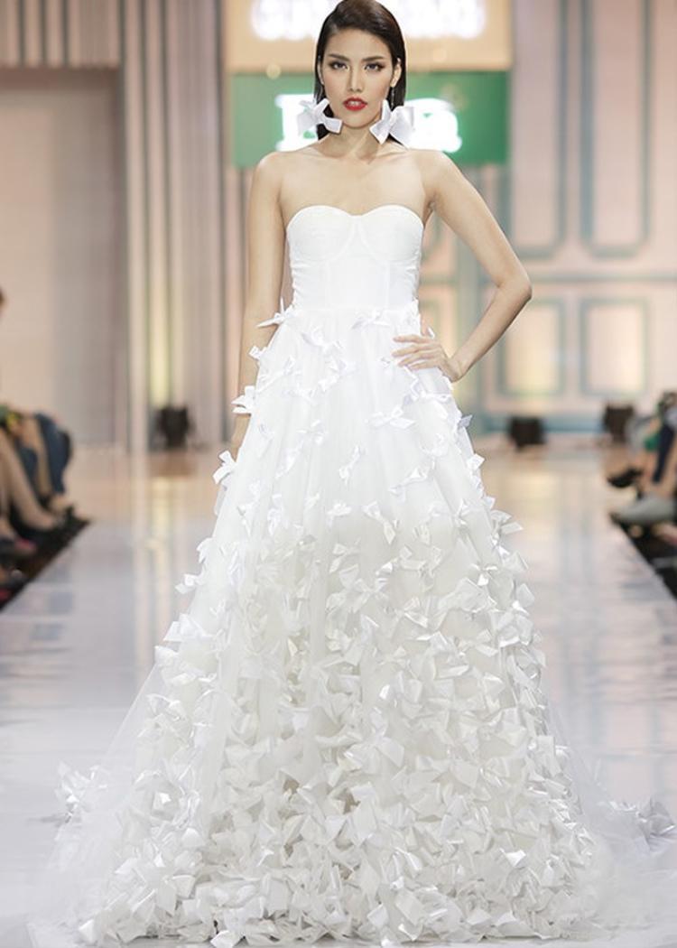 Top 11 cuộc thi Hoa hậu Thế giới 2015 thu hút mọi ánh nhìn từ thần thái đến những bước đi chắc chắntrong chiếc váy cưới trắng với phần chân váy đính kết nơ được thắt từ dây ruy băng.