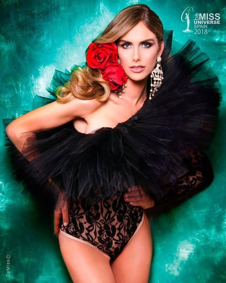 Angela Ponce sở hữu gương mặt hiện đại, sắc sảo và cá tính…