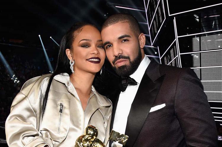 Drake đã có màn tỏ tình lãng mạn với Rihanna tại lễ trao giải VMAs 2016.