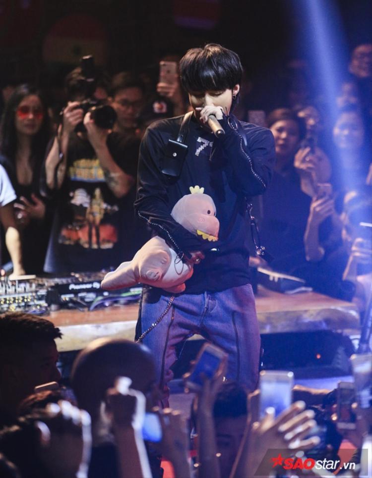 Sau khi mang tới 4 ca khúc, Sơn Tùng gửi lời chào tạm biệt và không quên dành những tình cảm thân thương nhất khi nói lời biết ơn đến khán giả Hà Nội đã luôn ủng hộ anh.