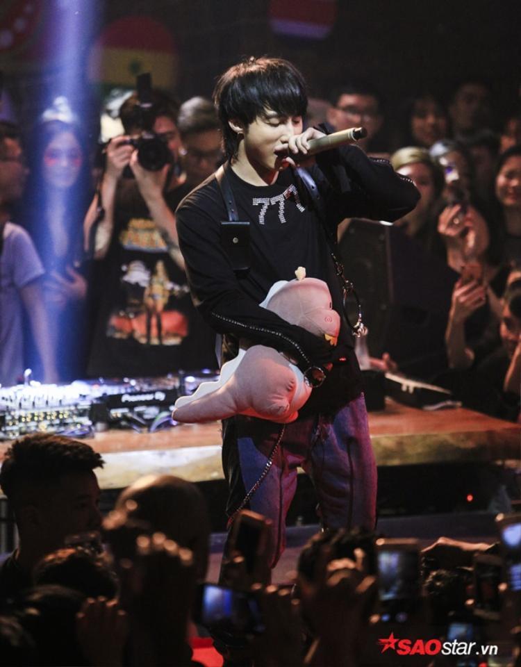 Remix Chạy ngay đi quá sung, Sơn Tùng khiến fan Hà Nội không thể ngồi yên trong đêm nhạc riêng