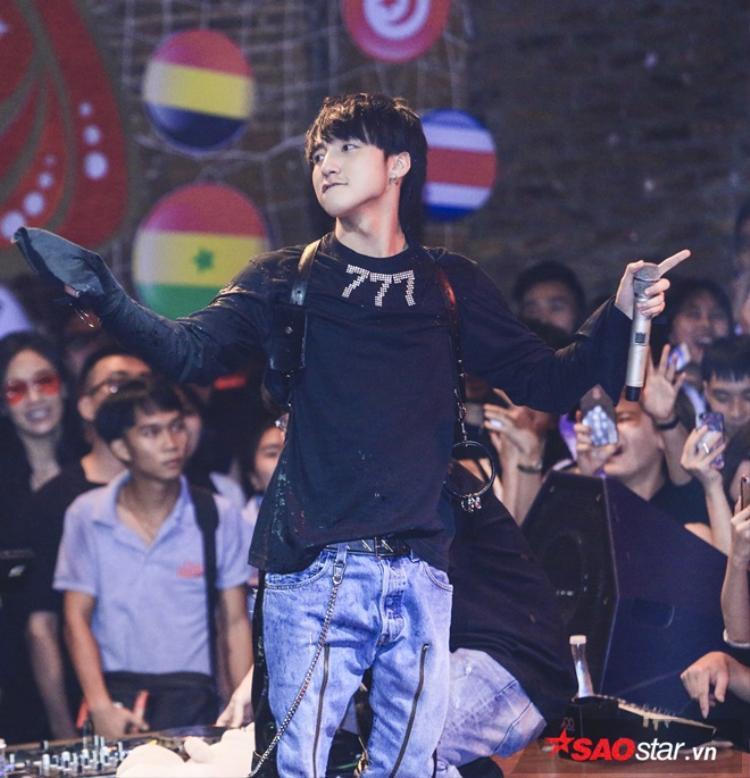 Ngay từ ca khúc mở màn, vẫn là những phần rap cực chất mang bản sắc riêng của Sơn Tùng cùng ca khúc Chúng ta không thuộc về nhau.