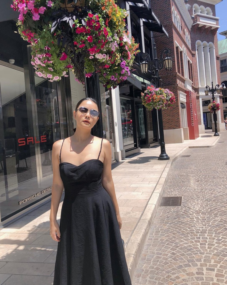 Ở ngưỡng tuổi trên 30, Vóc dáng gọn gàng của Phạm Quỳnh Anh vẫn đủ sức khiến nhiều người ganh tỵ. Nữ ca sĩ không ngại khoe hình thể trong chiếc váy đen xòe, dây mỏng.