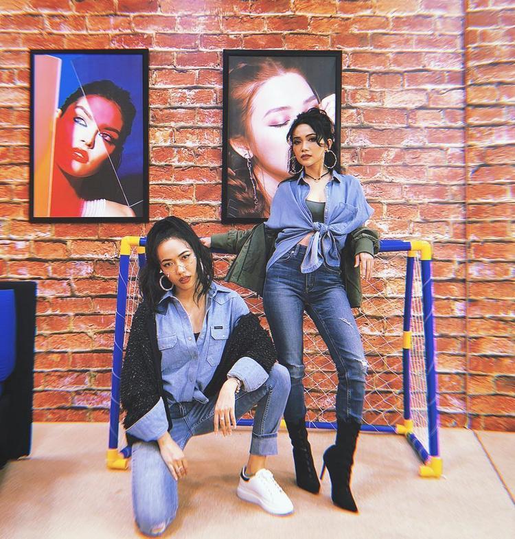 Diệu Nhi, Sĩ Thanh diện đồ đôi cá tính, cùng sử dụng tông màu xanh và chất liệu jeans nhưng cả hai lại phối theo những cách khác nhau, nổi bật cá tính riêng.