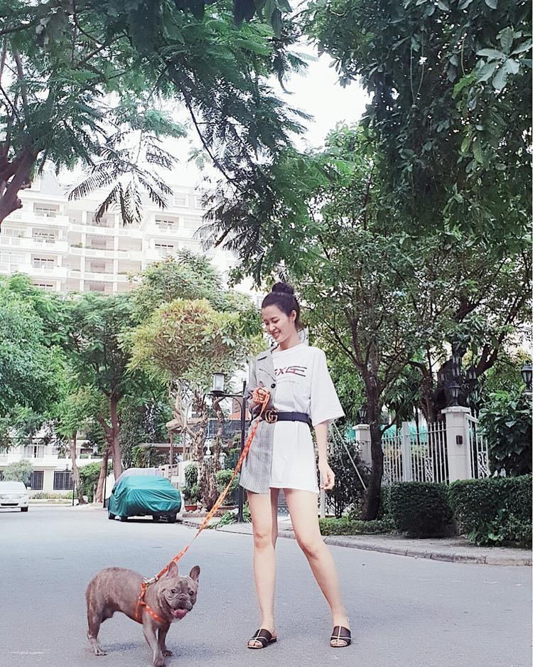 Xuống phố rong chơi cùng cún cưng, Đông Nhi cũng khiến nhiều tín đồ thời trang phải thầm thì ngưỡng mộ bởi bộ cánh bất đối xứng, mix cùng thắt lưng Gucci đắt giá.